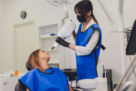 Dentist working with dental polymerization lamp in oral cavity. Imagens - 152445155
