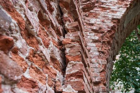 A blank doorway on a grungy decaying brick wall. Standard-Bild - 158742032