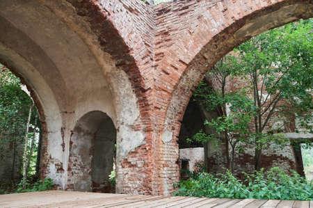 A blank doorway on a grungy decaying brick wall. Standard-Bild - 158742039