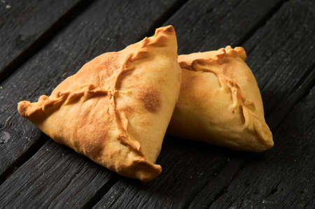Tatar pie triangle echpochmak, Russian kurnik, delicious pastry with chicken and potatoes. Traditional food, quick snack of dough. Zdjęcie Seryjne