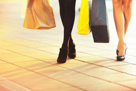 paperbags를 두 매력적인 여자 친구의 다리