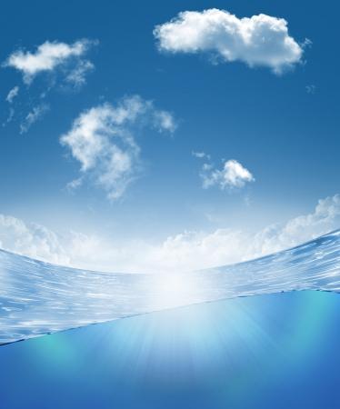 linea de flotaci�n: Parte submarina y claraboya separado por la l�nea de flotaci�n Foto de archivo