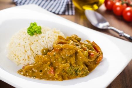 Yellow hot Curry-Gericht mit Gemüse serviert in einem weißen Teller Standard-Bild - 19652990