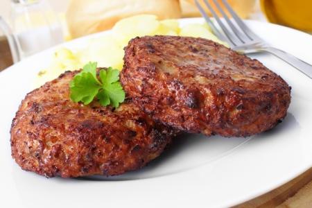 Gegrilltes Rindersteak mit Kartoffelsalat und frisches Baguette Standard-Bild - 19653606