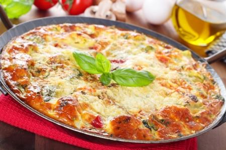 Italienisch-Frittata mit Gemüse und Parmesan Standard-Bild - 20851311