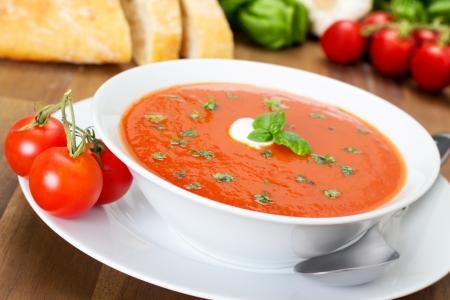 Frische Tomatensuppe in einer weißen Schüssel Standard-Bild - 21178152