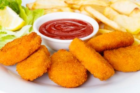 Chicken Nuggets mit französisch frites und Ketchup Standard-Bild - 23026394