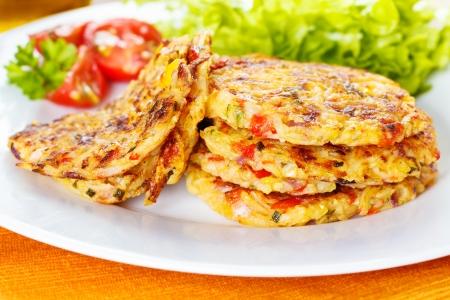 Frische, hausgemachte Gemüsepuffer mit Zucchini, Paprika und Mais Standard-Bild - 24758151