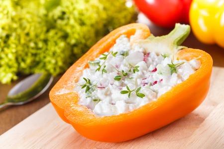 Paprika gefüllt mit Hüttenkäse, Rettich und Gurke Standard-Bild - 26043628