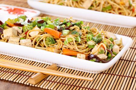 Chow Mein - gebratenen Nudeln mit Gemüse Standard-Bild - 27717929