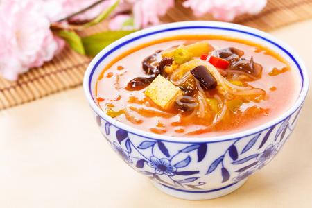Chinesische heiße und saure Suppe in einer Schüssel serviert Standard-Bild - 27747014