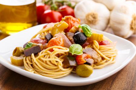 Frische Pasta mit einer leckeren hausgemachten Caponata. Standard-Bild - 33245740