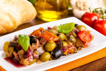 Leckere hausgemachte Caponata - gemischte süß-saure Gemüse Standard-Bild - 34003214