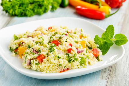 taboulé gemaakt van couscous en diverse groenten. Stockfoto