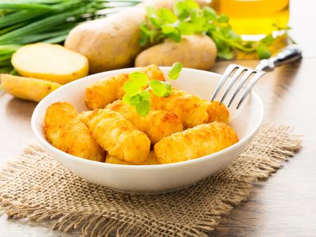 Knusprige hausgemachte Kartoffelkroketten in einer Schüssel serviert. Standard-Bild - 37840854