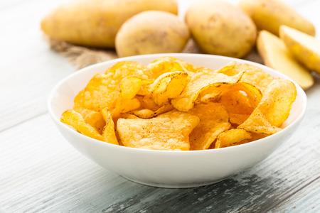 Herzhafte Kartoffelchips in einer Schüssel serviert. Standard-Bild - 43671370