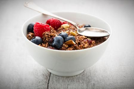 곡물 및 견과류와 신선한 딸기와 부스러기. 스톡 콘텐츠