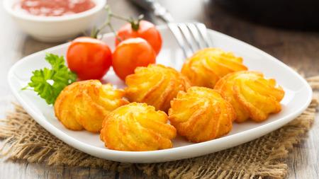 皿の上のカリカリの自家製 pommes デュシャス サーバー