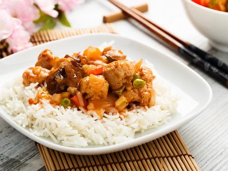 arroces: arroz con verduras agridulces y trozos de soja