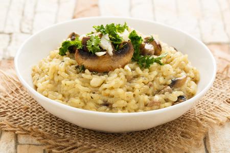 Risotto mit Pilzen, frischen Kräutern und Parmesan-Käse. Standard-Bild - 51930689