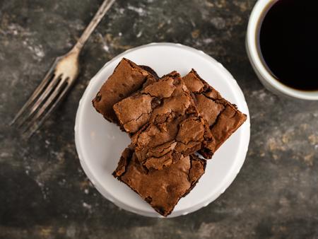 zelfgemaakte brownies op een dessertbord en koffie.