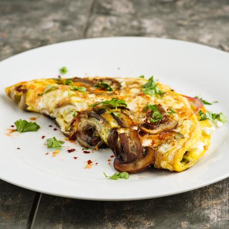 Fresh homemade omelette with mushrooms, feta cheese and herbs. Standard-Bild - 103313590