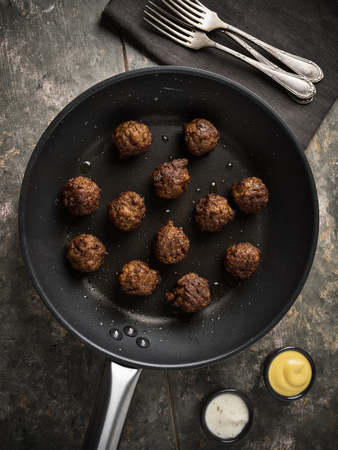Vegan meatballs served in a small pan Standard-Bild - 100454746