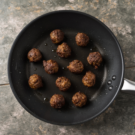 Vegan meatballs served in a small pan Standard-Bild - 100629712