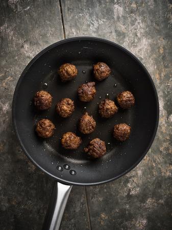 Vegan meatballs served in a small pan Standard-Bild - 101521274
