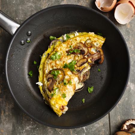 Fresh homemade omelette with mushrooms, feta cheese and herbs. Standard-Bild - 101526895