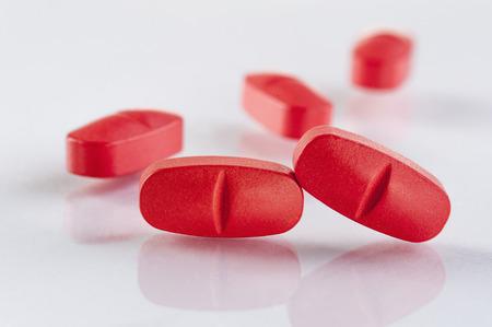 pastillas: medicina pastillas rojas sobre fondo blanco. medicamento farmacéutico. Antibiótico, analgésico narcótico o, primer plano.