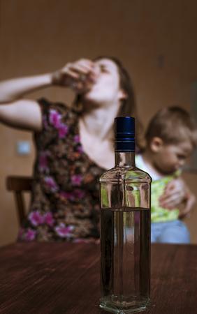 problemas familiares: Los problemas familiares: madre borracha con el alcohol y el peque�o hijo. la adicci�n alcoh�lica. Centran en la botella.