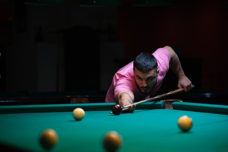snooker halls: Concentrated man aiming to take the snooker shot. Stock Photo