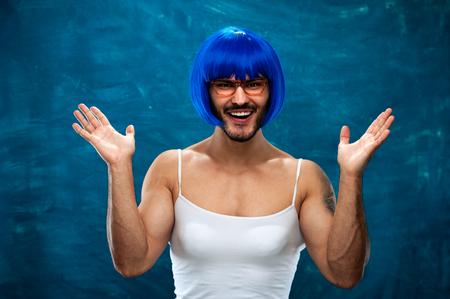 Cross-dressing man poseren in blauwe pruik Stockfoto