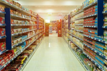 Widok półek z rozmytymi produktami