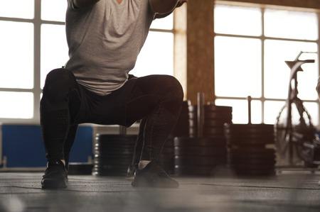 클로즈업 - 체육관에서 운동하는 젊은 남자.
