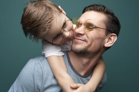 Feliz padre sonriente y su pequeño hijo