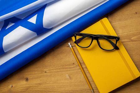 La vue de dessus du drapeau d'Israël se trouve sur une table en bois