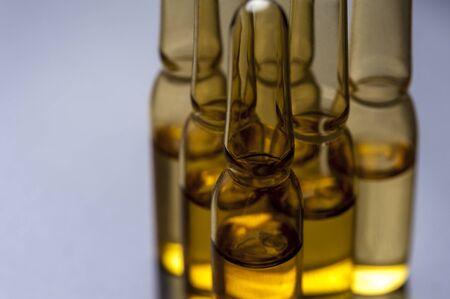 Nahaufnahme von Glasampullen mit Medizin