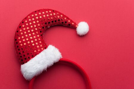 Close-up Christmas Red Headband With Santa Claus Hat 写真素材 - 134356660