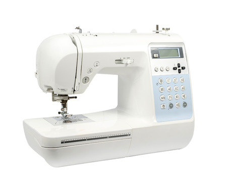 maquinas de coser: M�quina de coser moderna electr�nica sobre un fondo blanco. Foto de archivo