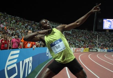 pernos: SALÓNICA, GRECIA - septiembre 12,2009: Usain Bolt llega primero a los hombres de 100 m para el Mundial de Atletismo de la IAAF evento principal a finales Kaftatzoglio Estadio