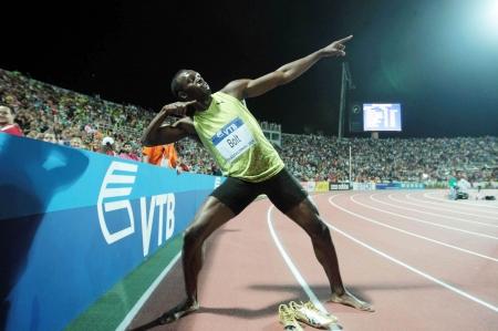 deportes olimpicos: SALÓNICA, GRECIA - 12 de septiembre de 2009: Usain Bolt llega primero a los hombres de 100 m para el Mundial de Atletismo de la IAAF evento principal a finales Kaftatzoglio Estadio