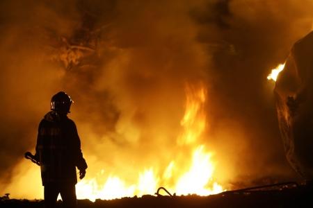 Kilkis, Grèce - 9,2007 MAI: Les pompiers trains éteindre un incendie