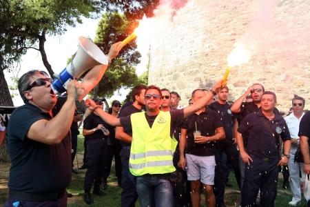 Thessaloniki, Griechenland - 8. September 2012: Polizisten, Feuerwehrleute und Port Polizisten protestieren in Thessaloniki gegen weitere Kürzungen auf ihrer Gehaltsliste