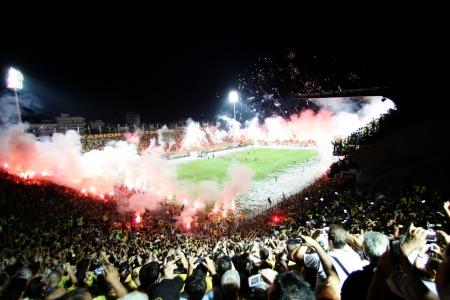Thessaloniki, Griechenland - 5. August 2009: Fans und Unterstützer der Aris-Team Licht von Fackeln im Fußballspiel zwischen Aris und Boca Juniors jubeln ihrem Team Ziele Editorial