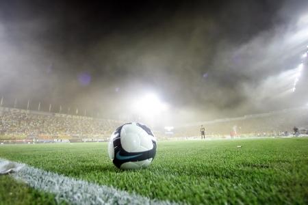 Thessaloniki, Griechenland - 5. August 2009: Fans von Aris-Team Licht von Fackeln im Fußballspiel zwischen Aris und Boca Juniors jubeln ihrem Team Ziele