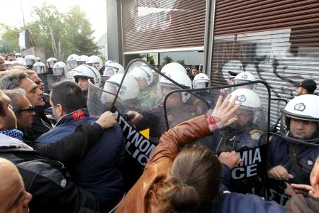 clash: SAL�NICA, GRECIA - noviembre, 15 de 2012: Trabajadores Municipales choque con la polic�a antidisturbios durante una manifestaci�n en contra de la presencia del ministro de Trabajo alem�n diputado Hans-Joachim Fuchtel en Sal�nica el 15 de noviembre 2012 Editorial