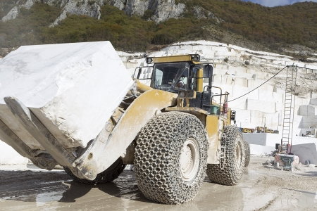 Ein Lader in Marmor-Steinbruch