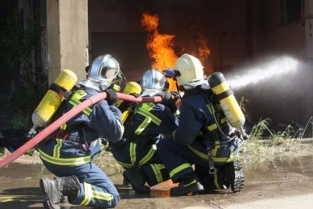 Thessaloniki, Griechenland - 19. April: Feuerwehrmann kämpft für ein Feuer Angriff, während einer Übung für die Folgen Erdbeben in Industrial Area von Sindos am April 19,2013 in Thessaloniki, Griechenland Editorial